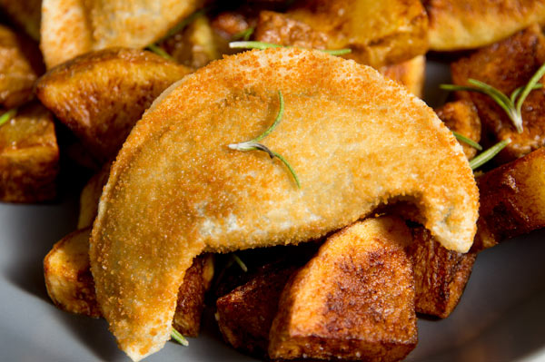 croquellanas-espinacas-queso-plato-patatas-verduras-horno