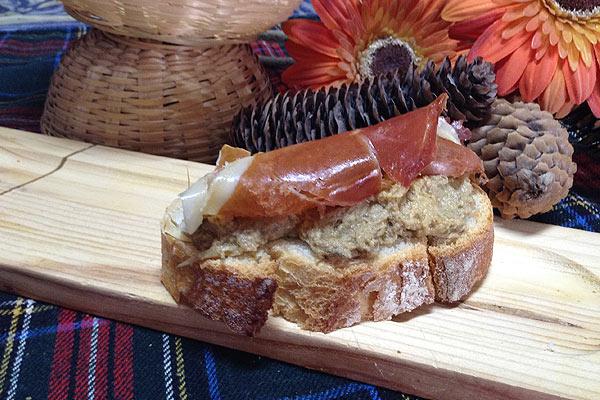 tostada-mousse-alcachofa-jamon