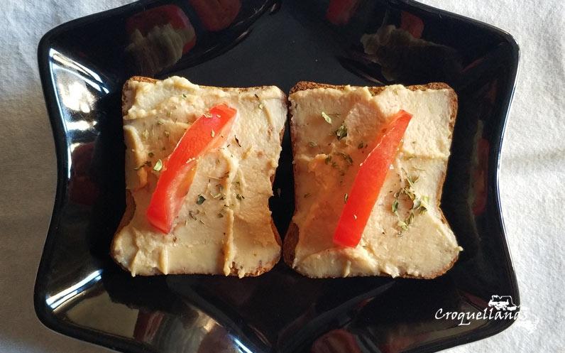Tostadas de mousse de queso con tomate fresco y orégano