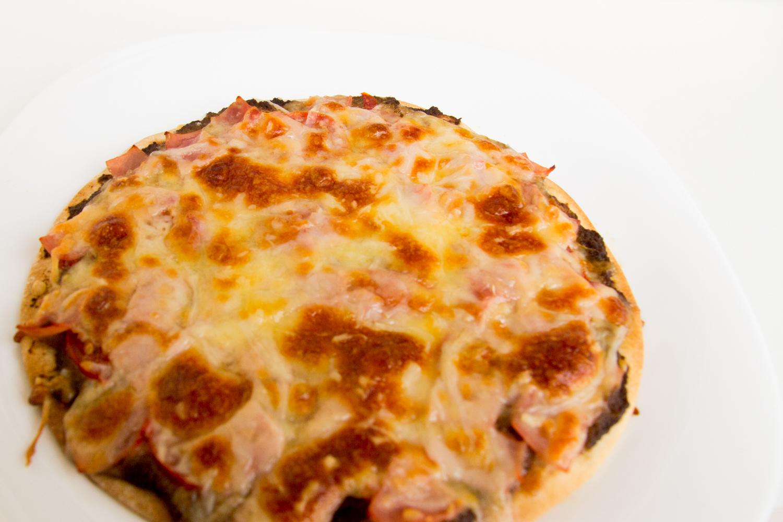 pizza de mousse Boletus edulis, yamón york, tomate natural y mozzarella