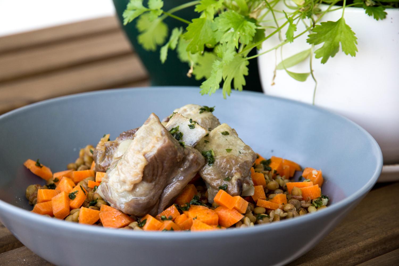 Lentejas con zanahoria, perejil y frito costilla cerdo