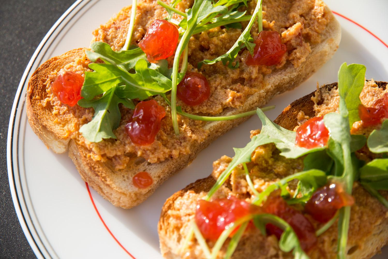 tostadas pate jamon con foie, escarola y mermelada de tomate