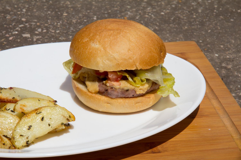 Hamburguesa de ternera con mousse de queso, tomate y lechuga