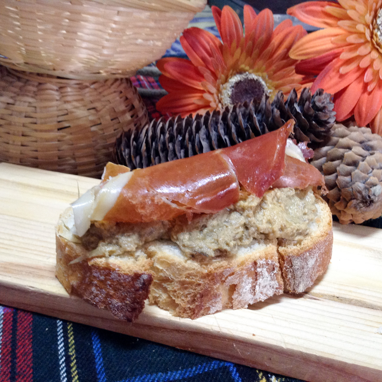 Tostada mousse alcachofa navidad